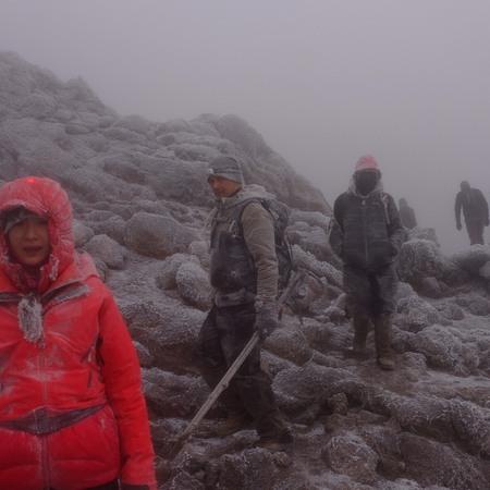 頂上直下で天候が崩れた