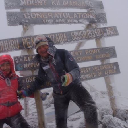 悪天候の中、キリマンジャロ登頂